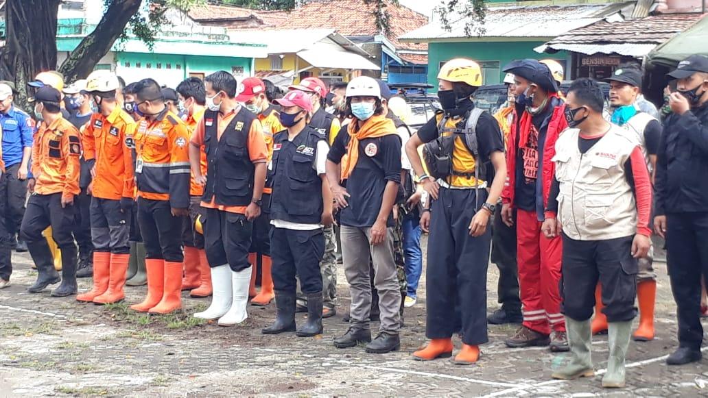 Relawan PKS Berbagi Santap Siang Korban Banjir Bandang ...